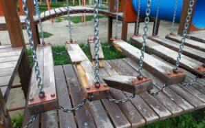 Комунальники не задоволені якістю нових дитячих майданчиків. ФОТО