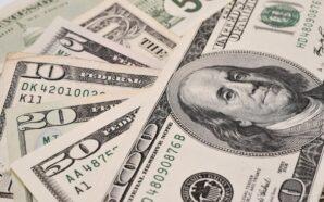 Курс долара в Україні опустився ще нижче