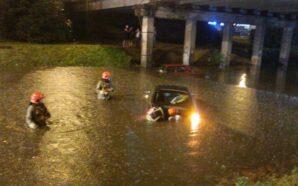 Негода у Франківську. Надзвичайники врятували двох людей