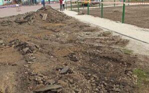 На Франківщині ремонтують тротуар біля ліцею. ФОТО