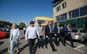 """Міністр Чернишов з керівництвом ОДА та представниками """"СН"""" оглядали післяповеневі…"""