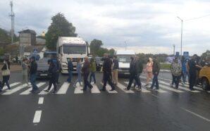 Понад пів сотні прикарпатців заблокували дорогу національного значення. ФОТО