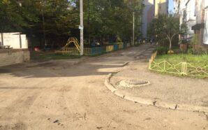 Як у Франківську ремонтують двори на Коновальця