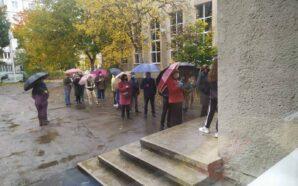 На дільницях Прикарпаття фіксують черги та низьку явку виборців. ФОТО