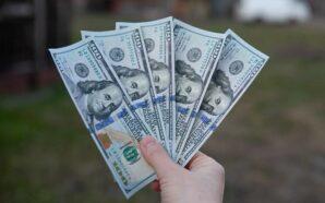 Курс гривні до долара та євро знову знизився