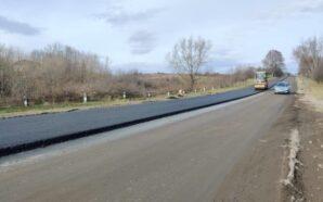 На Прикарпатті продовжують ремонтувати дорогу. ФОТО