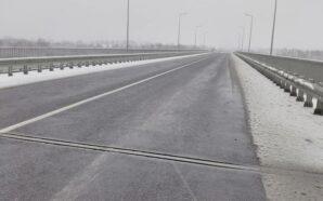 На гірських перевалах Івано-Франківщини дороги посипають сіллю