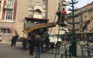 Свято наближається: у Франківську почали встановлювати новорічну ялинку. ФОТО