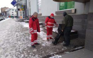 В Івано-Франківську муніципали врятували чоловіка, який був без свідомості. ФОТО
