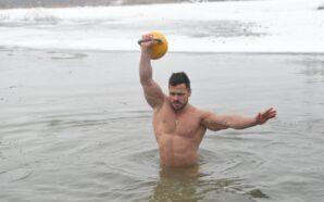 У Франківську встановили рекорд по підійманні гирі у крижаній воді.…