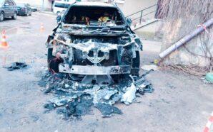 Поліцейські розслідують загоряння автомобіля у Городенці. ФОТО