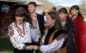 Біля церков Косівщини горяни співають веснянки та водять гаївки